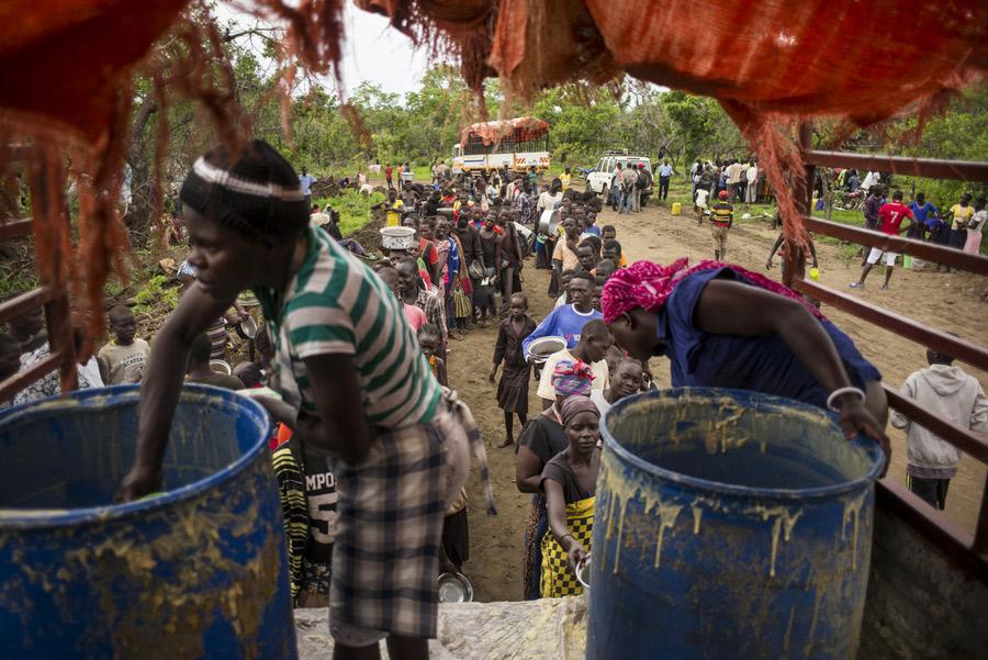 Distribution de repas chauds dans le camp de réfugiés d'Imvepi. Photo : Kieran Doherty/Oxfam