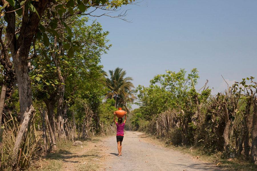 carrying water and life el salvador