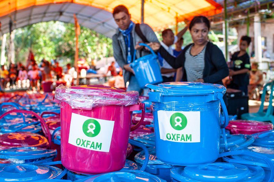 Oxfam distribue des kits d'hygiène qui permettront aux sinistrés d'observer une bonne hygiène le temps de leur séjour dans les camps, au cours des prochaines semaines ou des prochains mois. Ces kits comprennent un seau pour le transport d'eau potable, du savon, de la lessive, des serviettes hygiéniques, des couches, des brosses à dent et du dentifrice. (Photo : Hariandi Hafid/Oxfam)