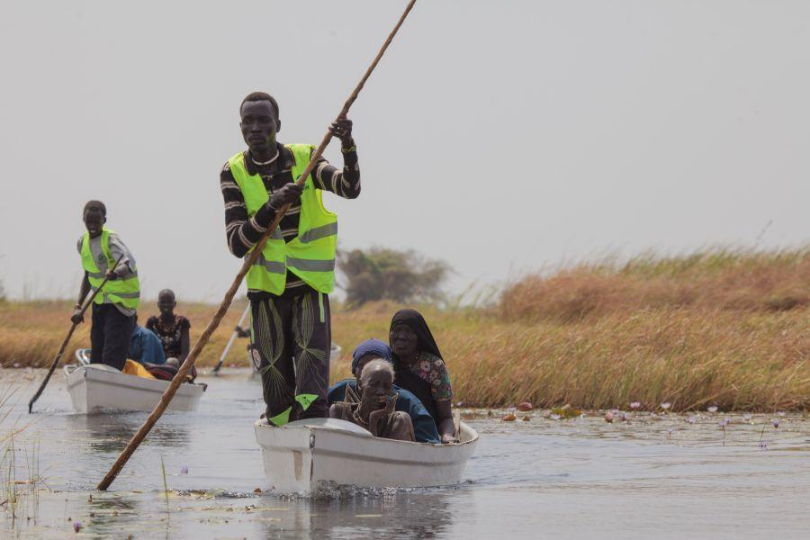 Las canoas de Oxfam transportaban a personas vulnerables que no podían llegar por su cuenta al continente para el registro de alimentos del PMA. De archivo: Bruno Bierrenbach / Oxfam