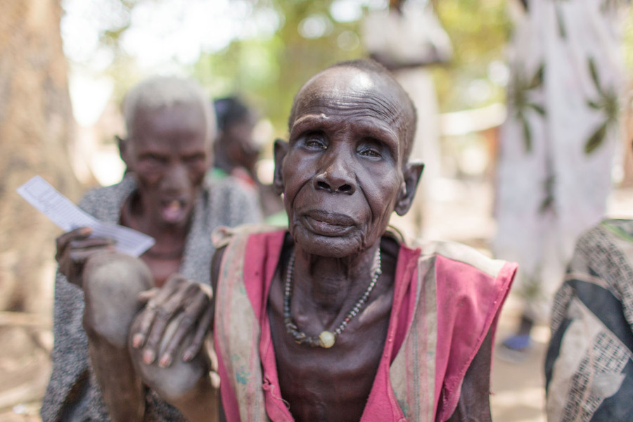 na anciana en el centro de registro de la Iglesia Católica en Nyal, en Sudán del Sur. Ha llegado desde Nyandong Payam con ayuda de sus familiares. Fotografía: Bruno Bierrenbach Feder/Oxfam