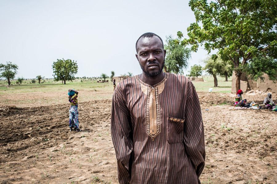 Antes de que el conflicto armado estallara, Andrew era un agricultor a gran escala que obtenía una media de 200 sacos de algodón, fréjoles y sorgo para consumo doméstico y comercial. Ahora ya no puede trabajar. Fotografía: Tom Saater/Oxfam
