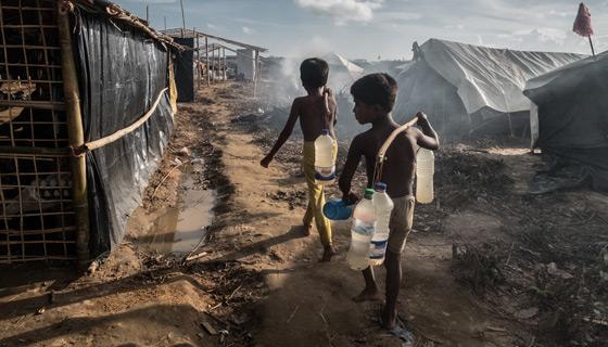 Hay casi 50 000 refugiados Rohingyá viviendo en el campamento de Kutupalong. Muchos de ellos viven en refugios muy precarios y tienen acceso limitado a agua potable y letrinas. Foto: Tommy Trenchard / Oxfam