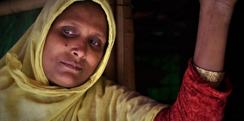 Ayesha, refugiada rohinyá, con sus hijas en el refugio del campo de Cox's Bazar en el que viven, en Bangladesh. Crédito: Maruf Hasan/Oxfam