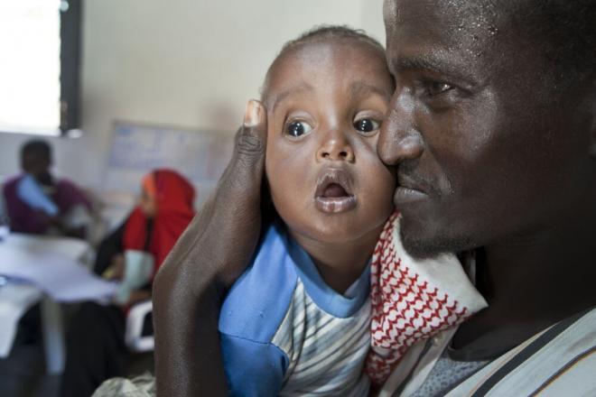 Abdi Ali Celue and his son at a therapeutic care center in Mogadishu. Photo credit: Petterik Wiggers.
