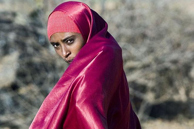 A young woman walks across the Dollo Ado refugee camp in Ethiopia. Photo credit: Petterik Wiggers.