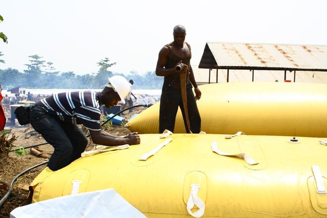 Un technicien d'Oxfam vérifie la fermeture d'un réservoir d'eau