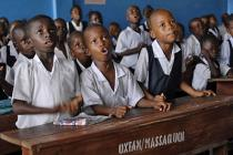 """Emanuel Kun (7 años), Nush Gunror (5 años) y Kumba Lamie (8 años) Durante su clase de """"letras y números"""" (preescolar) en la escuela N. V. Massaquoi, en West Point, Monrovia (Liberia). Fotografía: Aubrey Wade/Oxfam"""