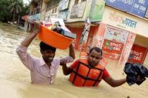 Un homme aidé par un membre d'une organisation partenaire d'Oxfam, à Rautahat, au Népal. Photo: Oxfam