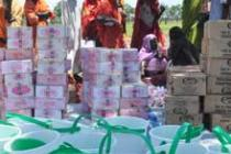 Refugees pick up Oxfam supplies, Jamam camp, South Sudan. Photo: Oxfam