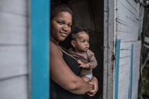 Anabel Ramírez vive en la orilla de una zona del río llamada de Los Tres Brazos, en Santo Domingo. Allí se cruzan las aguas hipercontaminadas de los ríos Ozama e Isabela, caldo de cultivo de muchas enfermedades infecciosas como dengue y parasitosis. Foto: