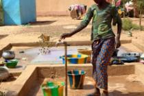 Femme collectant de l'eau à Sévaré, Mali. Photo : Habibatou Gologo/Oxfam