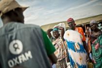 Nyawol Piu coge agua de un tanque de Oxfam en el estado de Jonglei.