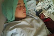 Una mujer afgana descansa junto a su hijo recién nacido en el Hospital de la Maternidad de Faizabad. Autor: Alixandra Fazzina/Oxfam