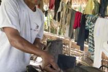 Keo Chhorn preparando el fuego para cocinar. Foto: Caroline Gluck/Oxfam
