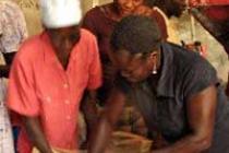 Las mujeres de RAFARE procesan y venden localmente el grano. Foto: Oxfam