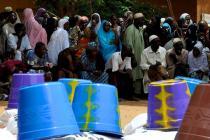 Personas afectadas esperan la entrega de ayuda. Foto: Valérie Batselaere/Oxfam