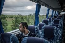 Khalil, refugiado sirio, durante el viaje por Italia en autobús. Foto: Pablo Tosco