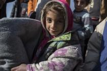 Rasha*, de siete años, sostiene una manta que Oxfam ha proporcionado a su familia como parte de una iniciativa para la distribución de artículos para el invierno entre 400 familias en Irak . Foto: Sam Tarling/Oxfam