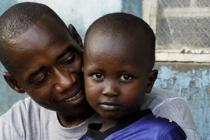Mohammed Kamara (40 ans) élève ses 2 fils et Ibrahim (3 ans), son neveu.