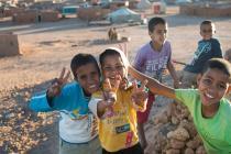 Jeux d'enfants au coucher du soleil dans le camp de réfugiés d'Aousserd, au Sud-Ouest de l'Algérie (2015). ©Tineke D'Haese/Oxfam