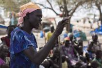 Une femme prend la parole dans un groupe de discussion sur la paix, au Sud-Soudan. Photo: Mackenzie Knowles Coursin/Oxfam