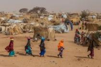Un groupe de femmes marchant dans le camp pour réfugiés et déplacés d'Assaga, dans la région de Diffa, au Niger.