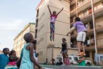 Gabisile Mabizela, jeune fille fréquentant l'Alexandra Trampoline Club, dans la cité d'Alexandra, Johannesburg, Afrique du Sud. Photo : Zed Nelson