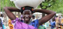 Ruth, déplacée interne à Akobo, au Soudan du Sud, est l'une des 10 000 bénéficiaires du programme de distribution alimentaire d'Oxfam. Photo: Tim Bierley/Oxfam