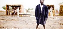 Enfant avec une veste trop grande, dans le camp de réfugiés de Jamam, au Sud-Soudan. Photo : John Ferguson