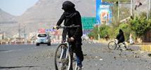 Bushra al-Fusail hizo un llamamiento a las mujeres a recorrer en bicicleta la capital del país, asolada por la guerra, para protestar contra el conflicto.