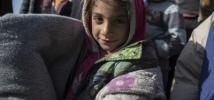Rasha*, 7 ans, tient l'une des couvertures données par Oxfam à 400 familles lors d'une distribution de colis pour l'hiver à West Owsija, en Irak. Photo: Sam Tarling/Oxfam