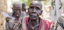 Majok en el centro de registro para la distribución de alimentos del Programa Mundial de Alimentos en Nyal. Ayudado por sus familiares, tuvo que caminar durante hora y media desde su casa para estar presente físicamente en el registro. Fotografía: Bruno B