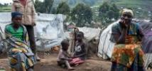 Une famille devant son abri temporaire dans le camp de personnes déplacées internes de Buporo, Nord Kivu, RDC, décembre 2014. Photo : Eleanor Farmer/Oxfam