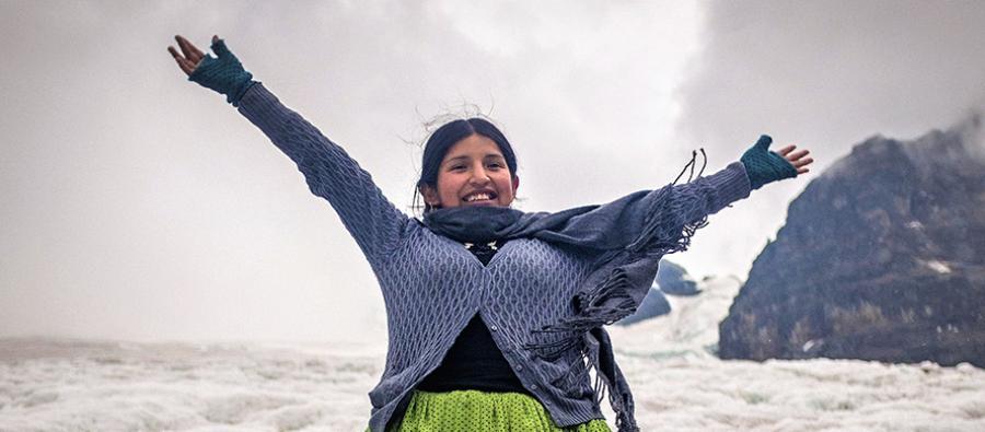 Sandra sube a un glaciar por primera vez, en el Valle de las Llamas, Bolivia. Foto: Alexandre Laprise.