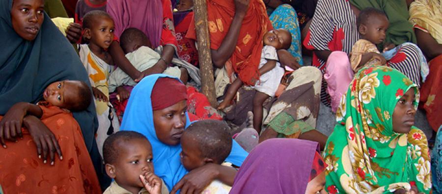 Madres somalíes acuden a un centro de salud para que sus hijos sean examinados y reciban tratamiento para la desnutrición.