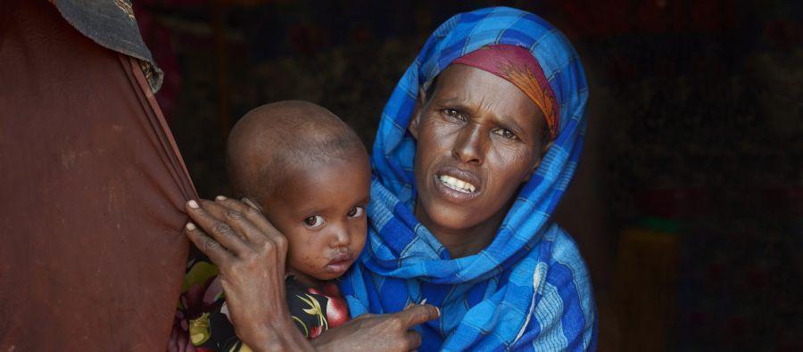 """Fadumo vive en la región de Somalia y trabaja como pastora. """"He perdido mi ganado. Antes, tenía 60 animales, ahora solo 20. Solo me queda un camello.¿Qué van a comer mis hijos? Foto: Tina Hillier/Oxfam"""