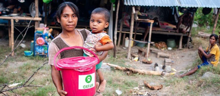 Afrianti y su hijo en una distribución de kits de higiene de Oxfam en Palu, Indonesia. El terremoto ha desplazado a 88,000 personas. Foto: Hariandi Hafid / Oxfam