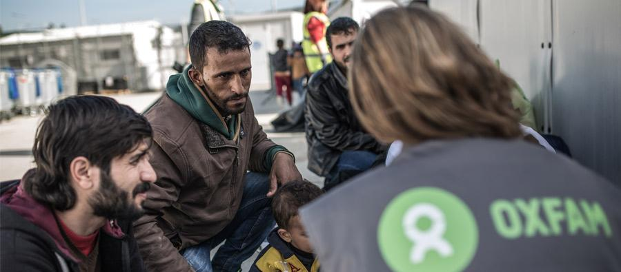 Oxfam staff distribute winter clothes and blankets to people living in reception facilities in north-western Greece. Photo: Pablo Tosco/Oxfam