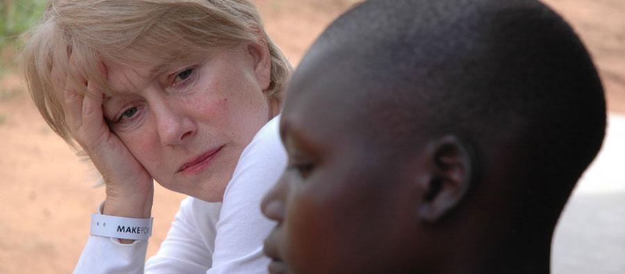 """Très active dans la campagne """"contrôlez les armes"""", Helen Mirren a rencontré des enfants-soldats en Ouganda"""