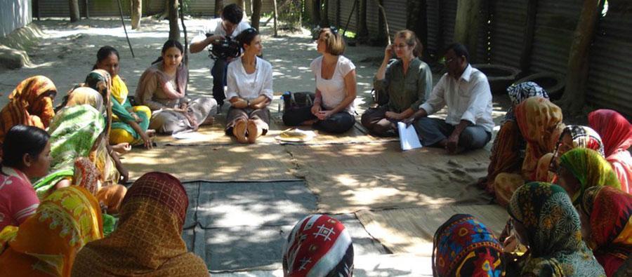Livia lors d'une rencontre avec des ouvrières du secteur textile, au Bangladesh, en 2008