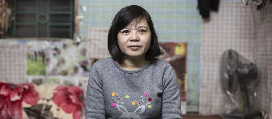 Hoan est employée dans l'usine de vêtements de Tinh Loi, dans le nord du Vietnam, où elle emballe des t-shirts et des chemises destinées à l'exportation. Elle travaille 62 heures par semaine en moyenne et gagne environ 1 dollar de l'heure.
