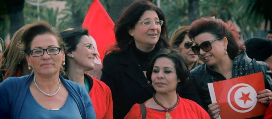 Photo de Najoua Makhlouf, présidente de la commission Femmes de l'UGTT avec d'autres activistes des droits des femmes dans la manifestation pour la parité dans la loi électorale en Tunisie. Photo : LET