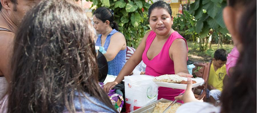 Oxfam et son partenaire Cociger procurent aux migrants de la nourriture, des nécessaires d'hygiène ainsi que des kits de nutrition pour les enfants. Photo : Elizabeth Stevens/Oxfam