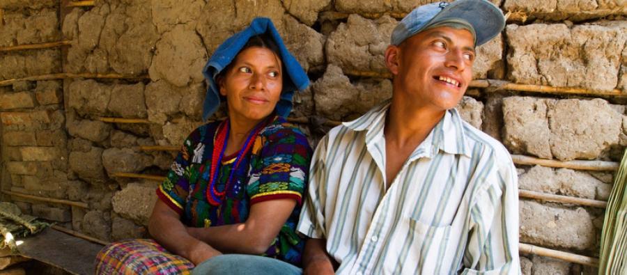 Maria Marcelina y su marido, Rufino, descansan en el porche de su casa en El Aguacate, Guatemala. Foto: Coco Mcabe/Oxfam
