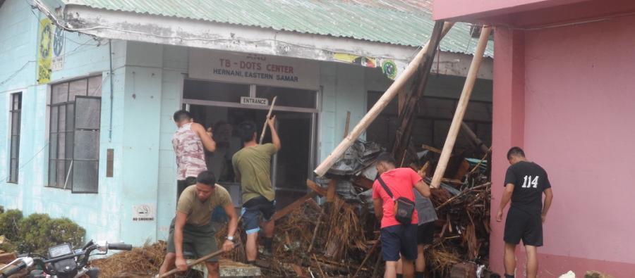 Limpiando los escombros de los edificios. Foto: Maylyn Pagatpatan/Oxfam