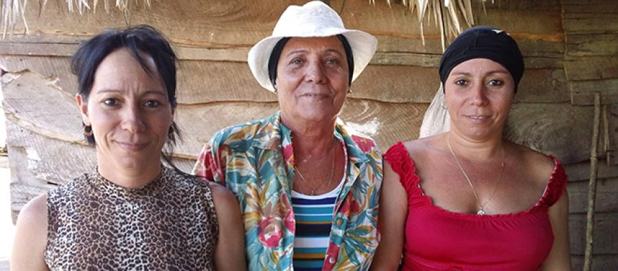 Cuba farmers: Reyna and her twin daughters. Photo: Oxfam