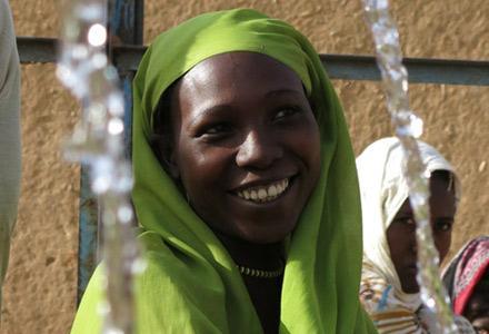 Depuis 2003, nous collaborons avec des partenaires soudanais et les communautés de déplacés pour répondre aux besoins les plus pressants, tels que l'accès à l'eau potable, l'assainissement, la nutrition et la protection, tout en contribuant à des solution