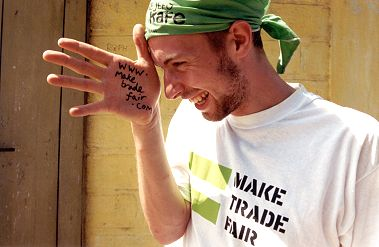 "Chris Martin vistiendo una camiseta con el eslogan ""Make Trade Fair""."